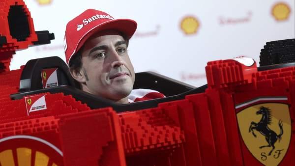 Alonso 'entrena' con Lego