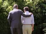 El rey Juan Carlos pasea con Adolfo Suárez