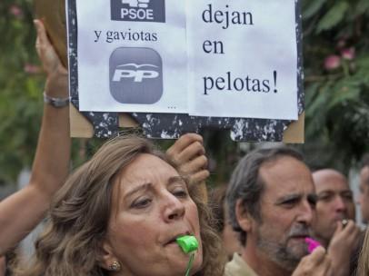 Cacerolada de funcionarios en Sevilla
