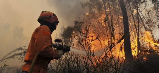 Un bombero apaga un fuego
