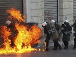 Policías envueltos en llamas
