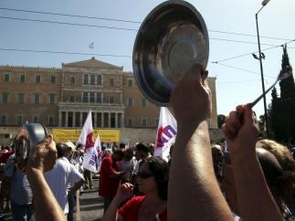 Cacerolada frente al parlamento griego