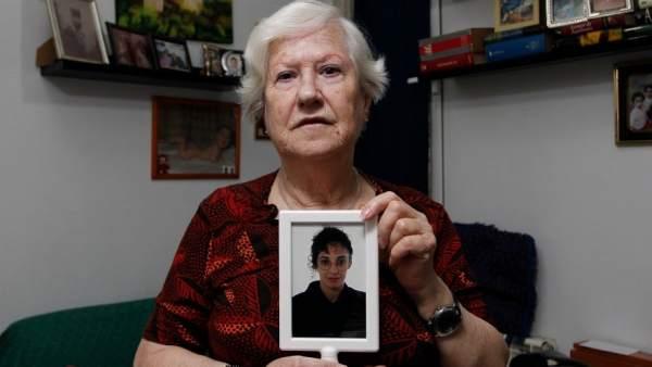 Isabel, en el pasillo de su casa con una foto de hija Touria