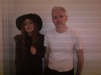 Lady Gaga y Julian Assange