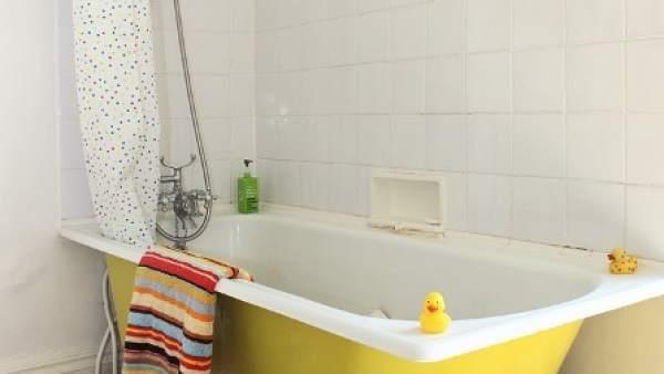 Un baño en colores claros