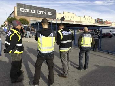 Agentes de la Policía Nacional durante un registro en el polígono industrial Cobo Calleja, en Fuenlabrada.