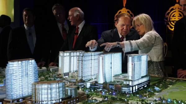 Sheldon Adelson y su esposa