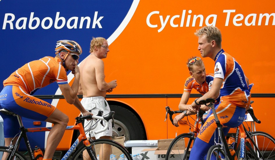 Adiós al ciclismo 17 años después. Foto de archivo de los ciclistas holandeses (de izq a der) Erik Dekker, Pieter Weening y Joost Posthuma, del equipo ciclista Rabobank, antes de una sesión de entrenamiento para el Tour de Francia 2006 cerca de Estrasburgo (Francia).