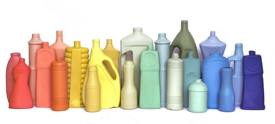 moldea jarrones de porcelana a partir de botellas de pl stico que recoge en un r o contaminado. Black Bedroom Furniture Sets. Home Design Ideas