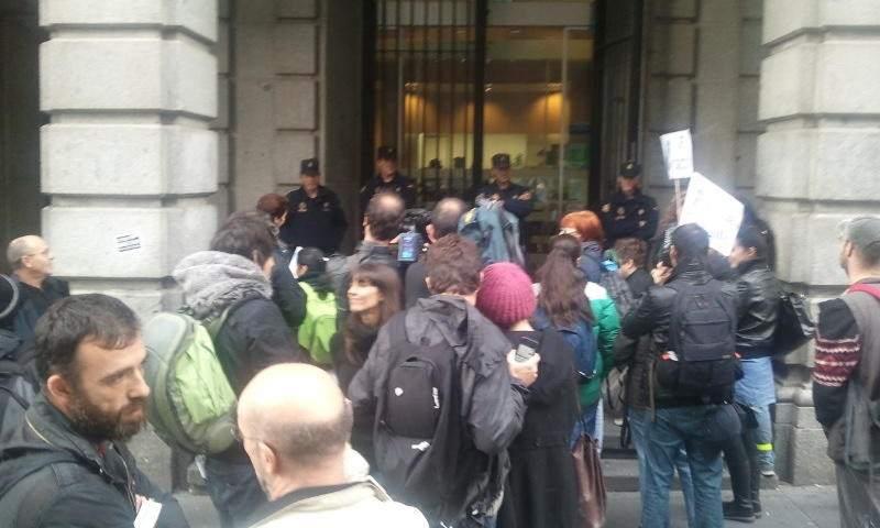 Quince personas se encierran en una oficina de bankia y for M bankia es oficina internet