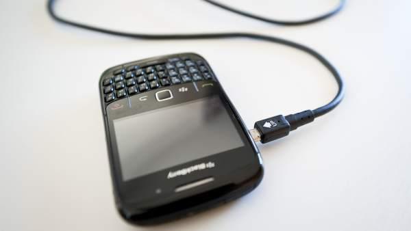La Unión Europea aprueba exigir a las compañías un cargador de móvil universal
