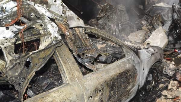 Los escombros de un coche bomba detonado en Damasco.