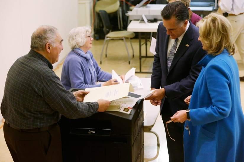 Romney y su mujer votan en Massachusetts