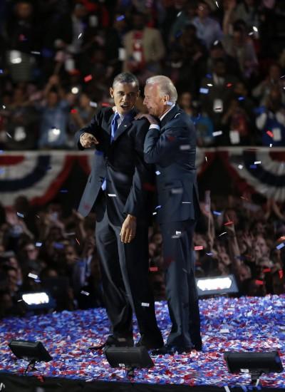 Obama y Biden saludan a sus seguidores