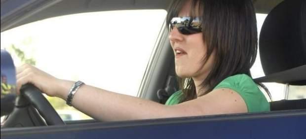 Joven al volante