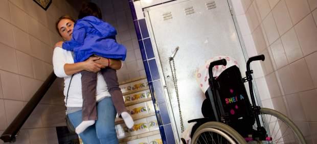 Baja a su hija discapacitada 5 pisos a diario porque 3 vecinos se oponen a instalar el ascensor 85406-620-282