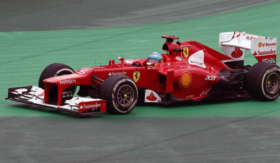 Fernando tuvo un susto por la pista mojada... Foto EFE