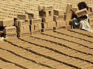 Un niña trabaja en India
