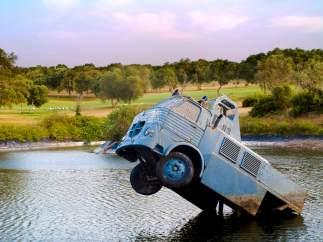 Escultura de un camión policial