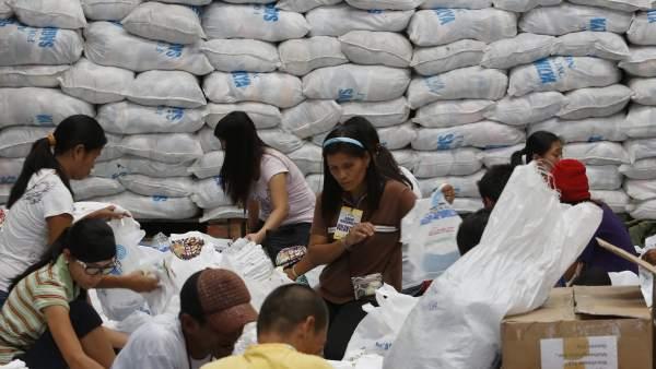 Voluntarios preparan paquetes de ayuda