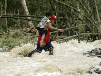 Al menos 200 muertos y 120.000 desplazados por el 'Bopha'