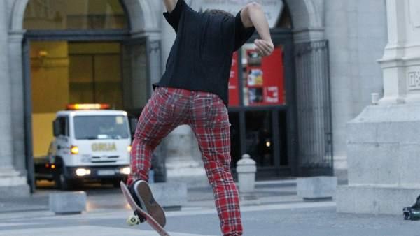 Un skater hace acrobacias en la plaza de Ópera