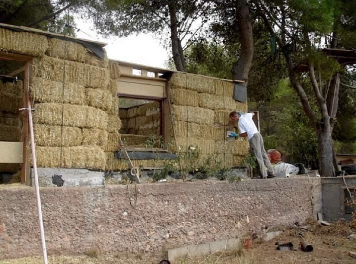 En tiempos de crisis casas de paja baratas ecol gicas y for Construccion de casas bioclimaticas