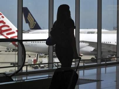 Joven en un aeropuerto