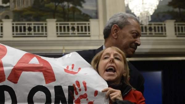 Protesta en la rueda de prensa de la NRA