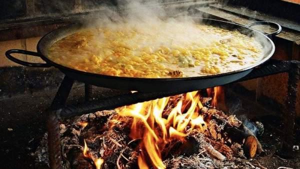 Cocineros de Valencia aclaran qué lleva la auténtica paella: solo pollo y conejo, nada de chorizo