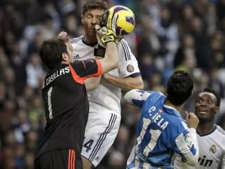 Casillas despeja ante Alonso