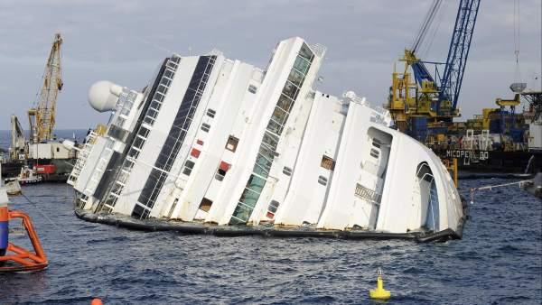 Costa Concordia encallado