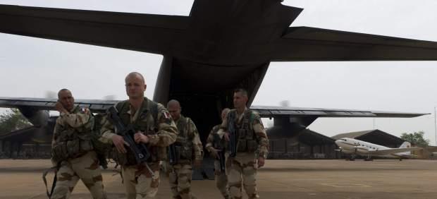 Soldados franceses en una base a�rea de Bamako