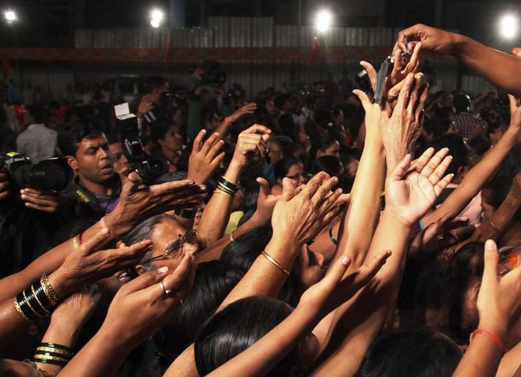 Reparto de cuchillos en Bombay para acabar con las violaciones