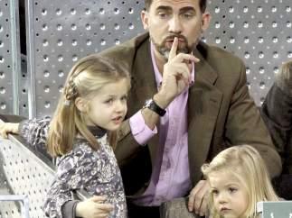 Pendientes de sus hijas