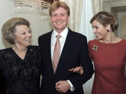 La reina Beatriz de Holanda, el príncipe Guillermo y la princesa Máxima
