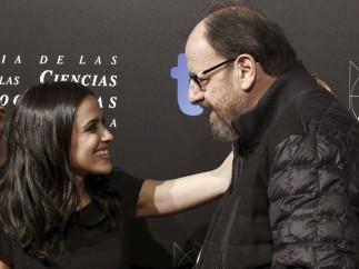 García y José María Pou se saludan antes de entrar a los Teatro del Canal