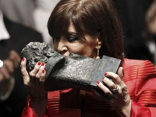 Concha Velasco besa su Goya