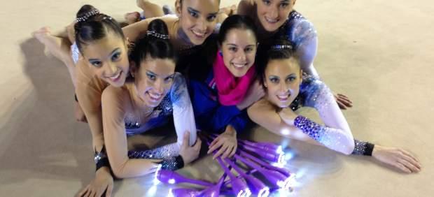 Gimnastas del Club Ritmo de León, con las mazas luminosas.