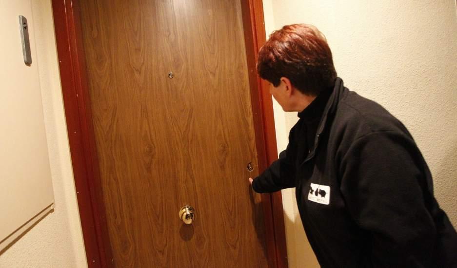 Vecinos de madrid tapian puertas de pisos vac os para - Pisos para una persona madrid ...