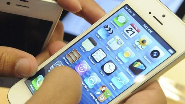 Un usuario contempla el iPhone 5.