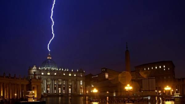Un rayo cae en el Vaticano tras la renuncia del Papa