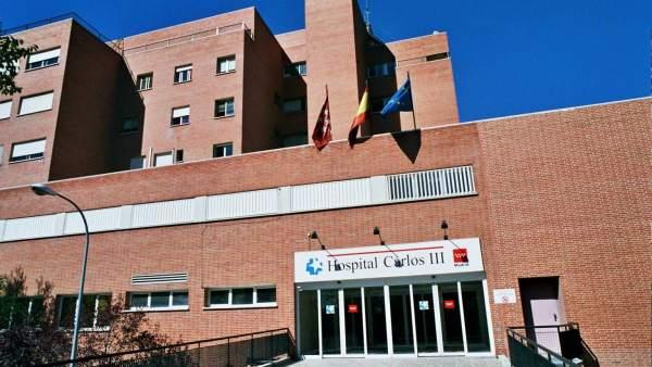 Ingresan dos médicos y un enfermero en el Carlos III para hacerse las pruebas del ébola