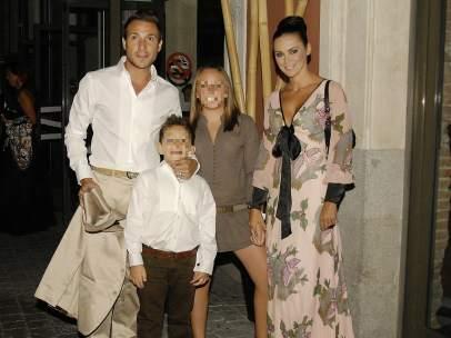 Antonio David con sus hijos y su actual mujer