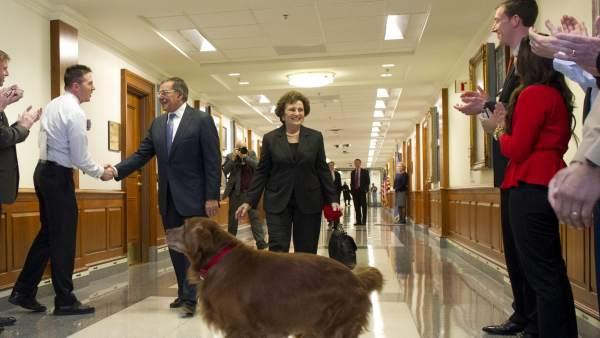 El secretario de Defensa de EEUU, Leon E. Panetta, su esposa y su perro Bravo, en el Pentágono.