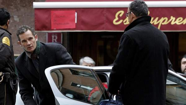 Urdangarin sale del coche