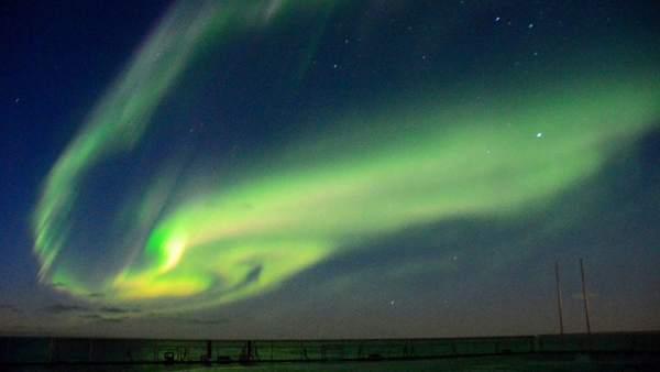 Aurora austral sobre la Antártida