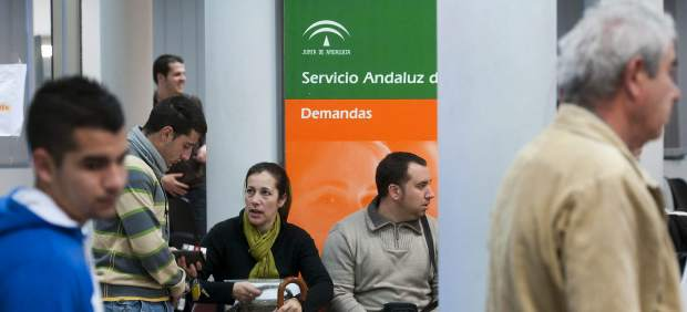 Desempleados en una oficina del Servicio Andaluz de Empleo