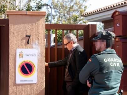 Un guardia civil y el abogado de Josep Prat, ex presidente del Institut Català de la Salut, en casa de éste.