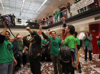Ocupan un banco como protesta